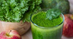 elmalı bardak dolu yeşil içeceğin yakından çekimi