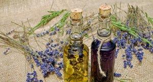 Lavanta yağı şişeleri ve lavanta çiçekleri
