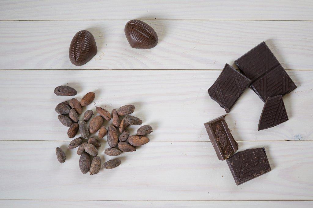 kakao çekirdeği ve çikolata yanyana