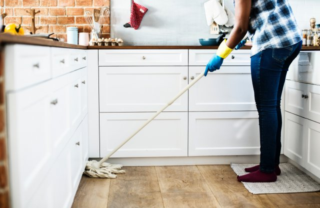 Mutfakta vileda yapılıyor