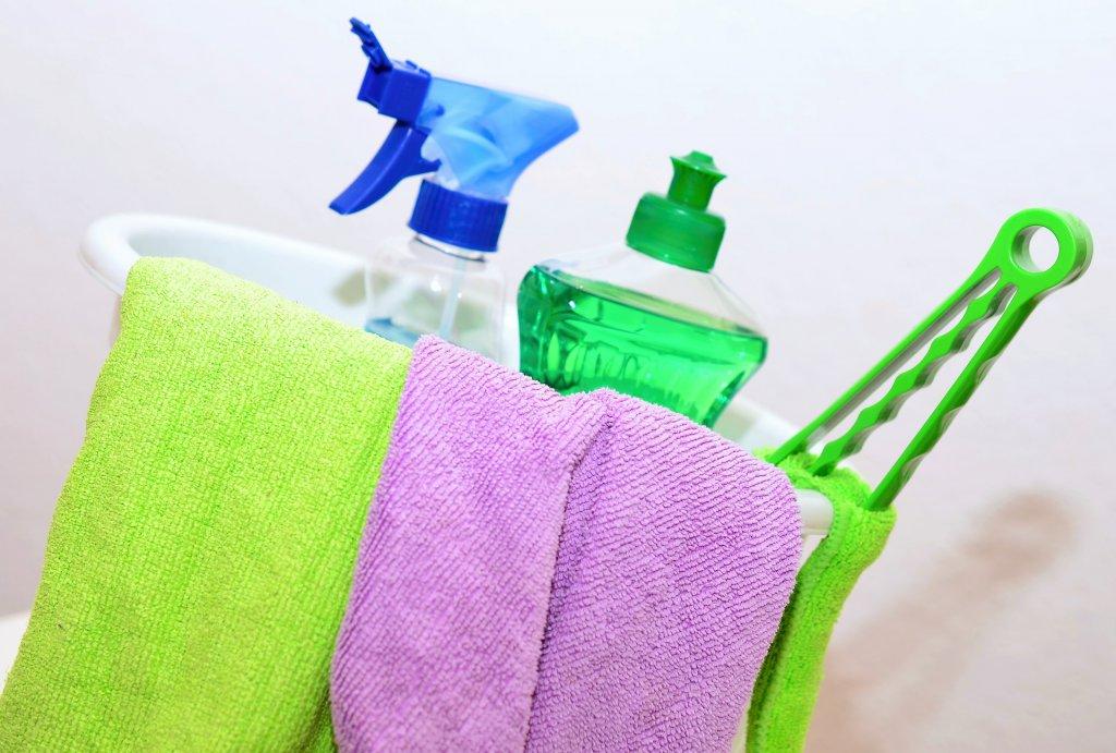 Renkli temizlik bezleri ve deterjanlar