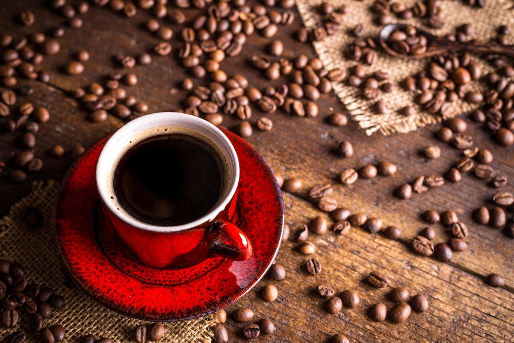 kırmızı fincanda kahve resmi