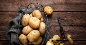 ahşap masa üstünde patates
