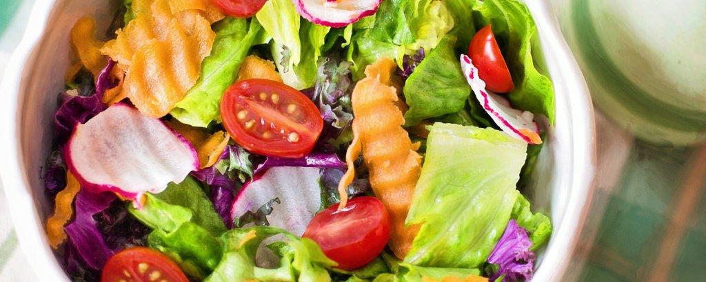 yakın çekim bir kase salata