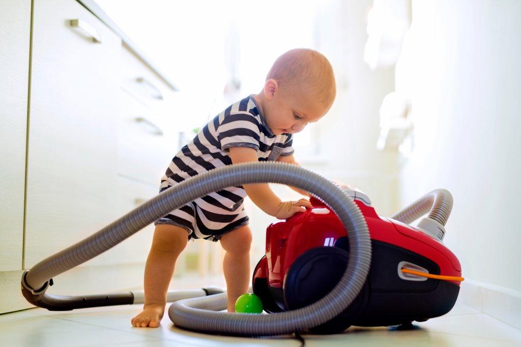bebek elektrik süpürgesi ile oynuyor