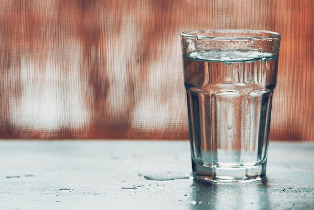 bir bardak su sehpaya dökülmüş