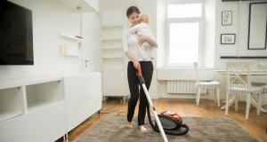 Kucağında bebeği ile temizlik yapan kadın