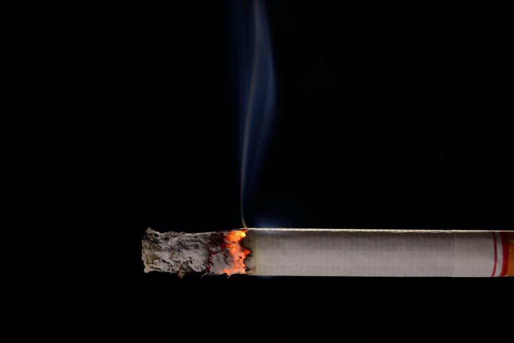 yanan sigaranın dumanı