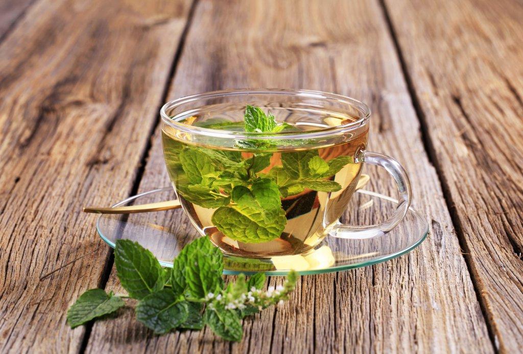 şeffaf cam fincanda nane çayı