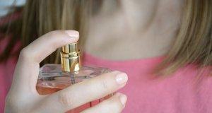 boynuna parfüm sıkan bayan
