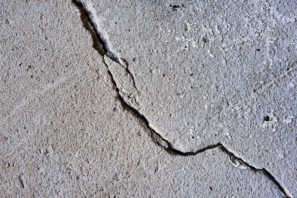 depremden kaynaklanan duvar çatlağı