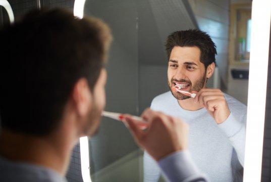 dişlerini fırçalayan bakımlı erkek