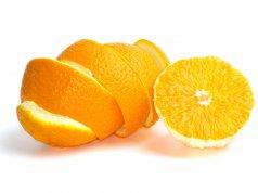 soyulmuş yarım portakal ve portakal kabuğu