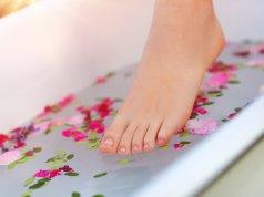 Ayak nasırı teması için ayak banyosu fotoğrafı
